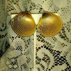 Beautiful vintage St. John shell earrings